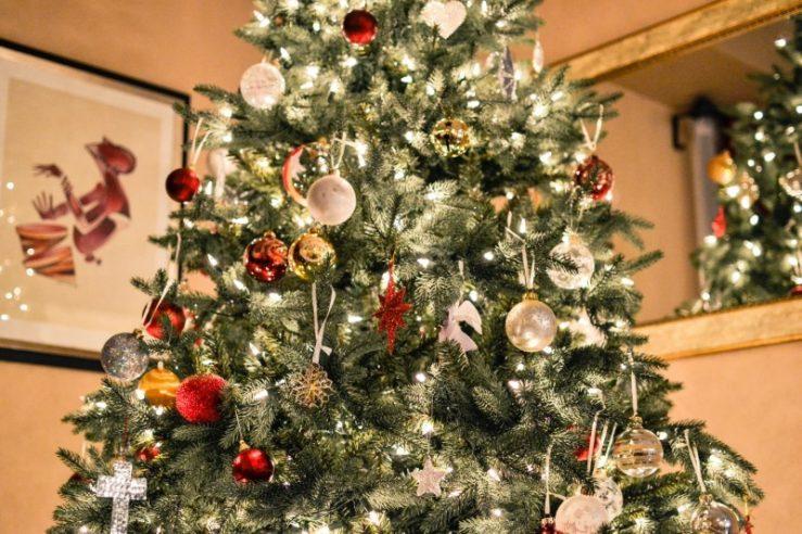 Hовогодней елкии елочными украшениями